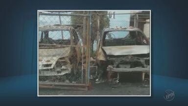 Carros pegam fogo em condomínio de Limeira - A suspeita é de que o incêndio tenha sido criminoso.