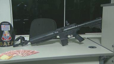 Homem é preso por suspeita de roubo a casa em Campinas - A polícia apreendeu dinheiro falso e uma réplica de arma.
