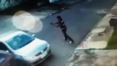 Menina de 11 anos é baleada durante tentativa de assalto, em Goiás - Ela estava em um carro com o pai, quando foram abordados por criminosos.Criança foi ferida por um tiro, mas tem quadro estável; polícia investiga.