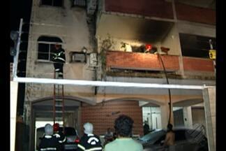 Incêndio em apartamento no bairro do Reduto, em Belém, assusta moradores - Cão e gato que estavam no imóvel foram resgatados pelo Corpo de Bombeiros na noite da última segunda-feira (28).