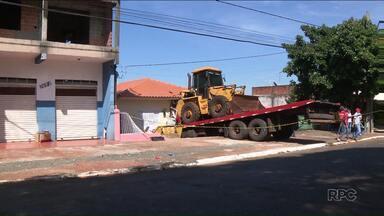 Caminhão desgovernado invade casa em Cambé - O caminhão transportava uma pá carregadeira e desceu solzinho a rua. Ninguém se machucou.