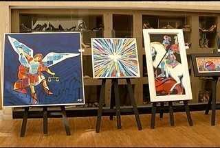 Artista plástico Márcio Leite realiza exposição em Montes Claros - Telas com figuras bíblicas estão expostas.