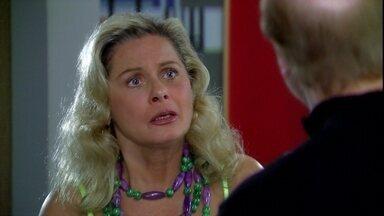 Mike confessa dar golpe em mulheres e Chiara não aceita fugir com ele - O bandido está sendo procurado pela polícia e convida a mulher para fugir com ele, só que ela não aceita