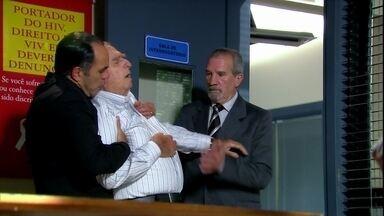 Cadore passa mal ao reencontrar Raul - O pai fica desacreditado e Ramiro explica que Raul tentou dar um golpe e não foi bem sucedido