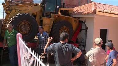 Caminhão desgovernado invade casa em Cambé - Situação inusitada ocorreu no Jardim Ana Elisa III. Não houve feridos.
