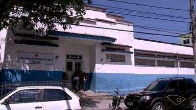 Alunos reclamam de estrutura ruim em escola estadual na Serra, no ES - Na escola faltam janelas em salas de aula, o bebedouro sem água e o banheiro sem porta.