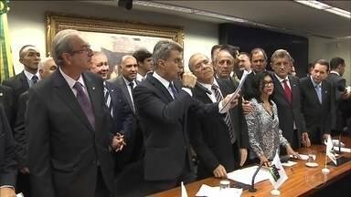 PMDB se retira oficialmente do governo Dilma Rousseff - Mais de 600 peemedebistas devem deixar os cargos públicos imediatamente. Mas três ministros dizem que vão ficar.