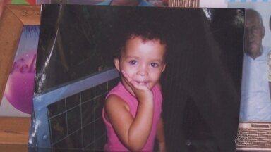 Criança que morreu após ser atropelada por trator é enterrada em Ariquemes - Foi enterrado hoje à tarde o corpo da menina de dois anos que morreu depois de ser atropelada por uma pá carregadeira em Ariquemes.