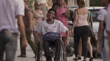 Wesley volta para a escola - Os amigos do atleta comemoram ao vê-lo bem