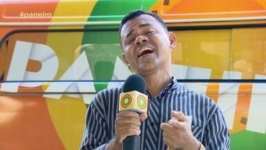 Cante aí maninho: Populares soltam a voz em frente do Teatro Amazonas - Apresentador Oyama Filho foi até o Centro de Manaus para encontrar novas vozes.