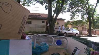 Voluntários saem às ruas de Umuarama e Cianorte contra o Aedes Aegypti - Eles conversaram com moradores e recolheram objetos que podem acumular água.