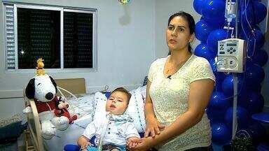 Menino com doença rara aguarda decisão da Justiça para que possa ser tratado em casa no RS - Família chegou a comemorar o aniversários dele no hospital.