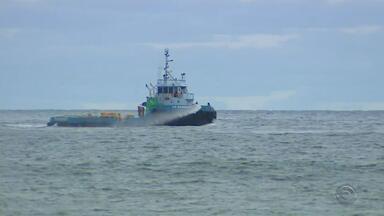 Mancha no mar do litoral gaúcho é dissipada após vazamento de óleo - Autoridades fizeram sobrevoo em área atingida por derramamento de óleo.