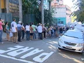Pacientes formam fila para obter vacina contra a gripe em Presidente Prudente - Hospital particular da cidade distribuiu senhas durante o atendimento neste sábado (9).