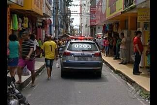Homem é assassinado no centro comercial de Belém - Vítima foi abordada por dois homens armados em uma motocicleta.