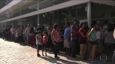 Loja de carros distribui vacina H1N1 grátis em SP - A concessionária teve que chamar a polícia militar e a companhia de engenharia de trânsito para organizar as filas de gente e de carros.