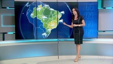 Maioria das capitais brasileiras devem ter temperaturas elevadas - No Centro-Sul do Rio Grande do Sul, a previsão é de chuva forte, com granizo, raios e rajadas de vento. Mas boa parte do país deve ter dia ensolarado.
