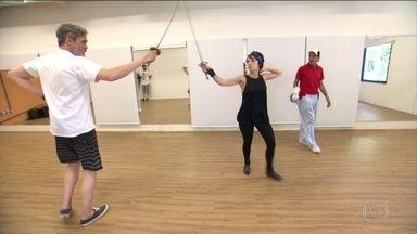 Andreia Horta e Dalton Vigh, atores de 'Liberdade, Liberdade', treinam esgrima para novela - Os atores suaram muito para aprender corretamente a modalidade olímpica
