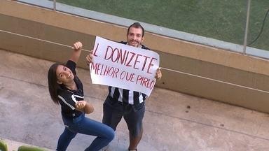 """Torcedor exibe cartaz com a a frase: """"Leandro Donizete é melhor que Pirlo"""" - Torcedor exibe cartaz com a a frase: """"Leandro Donizete é melhor que Pirlo"""""""