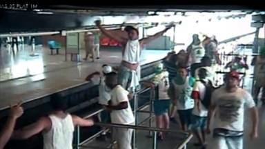 Cenas inéditas mostram violência no confronto entre torcidas do Palmeiras e Corinthians - Os torcedores se enfrentaram com barras de ferro, pedras e rojões em uma estação de metrô em São Paulo. feridos contam que viram um cenário de guerra.