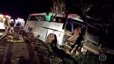 Sobe para 11 o número de mortos em acidente com ônibus de sacoleiros no Paraná - Subiu para 11 o número de mortos em acidente com ônibus de sacoleiros no Paraná, no sábado (9).
