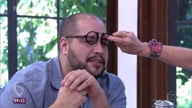 Tiago Abravanel usa óculos sem lentes - Acessório faz parte do estilo do ator