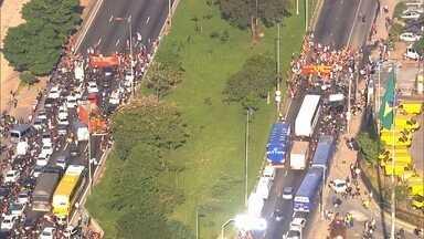 Série de manifestações trava trânsito em vários pontos da Grande São Paulo - Houve bloqueio na Rodovia dos Imigrantes, na Marginal Tietê e na Ponte das Bandeiras. As pessoas que tentavam chegar ao trabalho precisaram ter muita paciência. Os manifestantes protestaram contra o impeachment da presidente Dilma Rousseff.