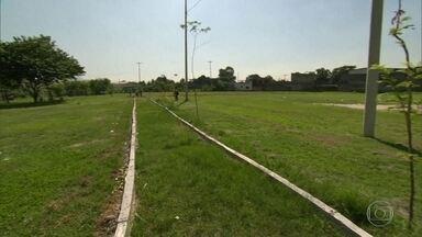 Moradores de Bangu pedem reforma de praça - A equipe do RJ Móvel estaciona mais uma vez na Praça Dante Milano. Há um ano, moradores tentam a instalação de brinquedos, equipamentos de ginástica e a construção de uma pista de caminhada.