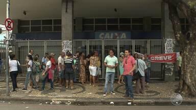 Bancários atrasam em uma hora a abertura das agências do centro de Salvador - Segundo o sindicato da categoria, a paralisação foi em defesa da democracia.