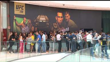 Polícia faz operação contra venda irregular de ingressos para o UFC - Segundo a polícias, sites e algumas estariam revendendo ingressos para o UFC 198, em Curitiba, por valores bem mais altos. A ação é considerada crime.