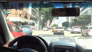 Motoristas encontram dificuldade em conseguir vaga de estacionamento nas ruas da Capital - Em Curitiba são aproximadamente 1, 5 milhão de carros para quase 13 mil vagas de estacionamento regulamentado.
