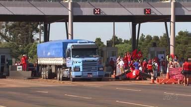 Integrantes do MST bloqueiam várias rodovias do Paraná - Segundo a Polícia Rodoviária Federal são seis pontos de bloqueios em todo o Estado.