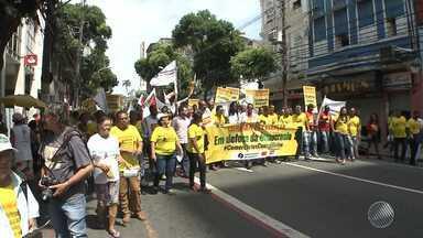 Trabalhadores de várias categorias fazem caminhada no centro Salvador - Segundo a Central dos Trabalhadores do Brasil, o movimento é em defesa da democracia.
