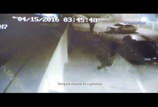 Homens invadem casa de policial reformado e roubam dois carros em Campos, no RJ - Câmeras de segurança flagraram a ação.