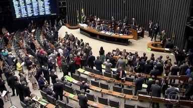 Dilma e Temer fazem reuniões com aliados nesta sexta (15) - Presidente passou a manhã no Palácio da Alvorada. No Congresso, 25 partidos com representação na Câmara definiram como vão se posicionar.