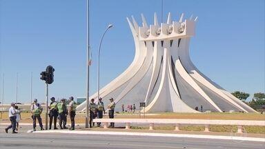 Mais de 3 mil homens vão cuidar da segurança em Brasília neste domingo (17) - Manifestantes pró e contra impeachment vão ficar bem separados na Esplanada dos Ministérios. Bonecos infláveis estão proibidos.