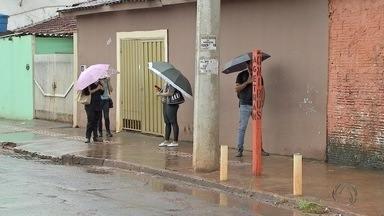 População fica exposta a sol e chuva em pontos de ônibus sem cobertura em Campo Grande - O MSTV mostra o sofrimento dos passageiros do transporte coletivo que precisam esperar pelo ônibus em pontos que não possuem cobertura.