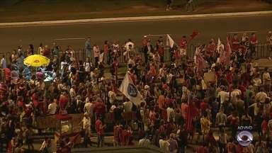 Manifestantes protestam contra impeachment em Florianópolis - Manifestantes protestam contra impeachment em Florianópolis