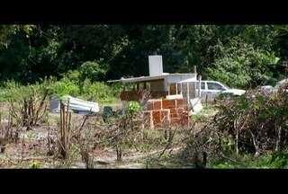 Operação encontra construções irregulares em área de preservação ambiental em Cabo Frio - Ação resultou na demolição de uma casa.