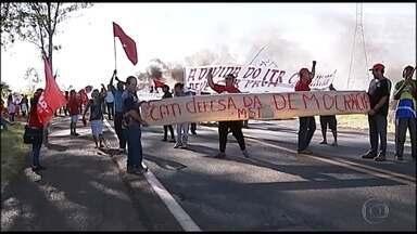Manifestantes organizam atos contra o impeachment da presidente Dilma Rousseff em MG - Várias rodovias no interior do estado foram bloqueadas por integrantes do Movimento dos Sem Terra e representantes sindicais. Na capital, estudantes e professores da UFMG fizeram um ato pela democracia.