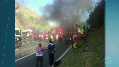 Manifestantes do MST bloqueiam a Via Dutra, em Piraí, RJ - Eles protestaram contra o processo de impeachment da presidente Dilma Rousseff.