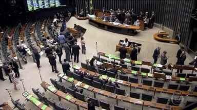 Deputados fazem filas para falar a favor ou contra impeachment - O jurista Miguel Reale Júnior, um dos autores do pedido de afastamento da presidente Dilma, abriu a etapa final do processo na Câmara.