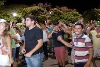 Em Montes Claros, população comemora o prosseguimento do processo de impeachment de Dilma - Câmara dos Deputados aprovou a continuação do processo, que agora segue para o Senado.