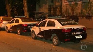 Menina de 11 anos baleada na cabeça na Rocinha - Menina brincava na rua. Autor do tiro é namorado da mãe da criança, que manuseava uma arma num bar. Ele foi linchado por populares e está preso
