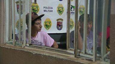Ligação denuncia suspeitos de roubo em Foz - Eles tinham acabado de roubar o celular de uma jovem