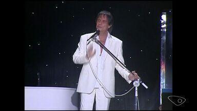 Roberto Carlos faz show de 75 anos em Cachoeiro de Itapemirim, ES - Última apresentação do cantor na cidade natal foi em 2009.'Rei' abriu a apresentação cantando Emoções.