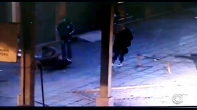 Cadeirante é agredido por trê homens na rodoviária em Vacaria, RS - Homem esperava um ônibus na rodoviária, quando foi abordado por trio.