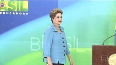 Dilma vai a cerimônia da ONU e deve aproveitar para defender seu governo - Ela deve aproveitar para se defender e repetir a tese de que o impeachment é um golpe à democracia brasileira. A presidente Dilma Rousseff participa de uma cerimônia para a assinatura de acordo climático em Nova York.