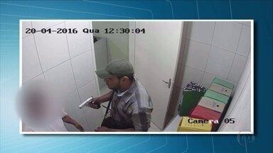 Bandidos assaltam cooperativa de crédito em Itapetim, no Sertão de Pernambuco - Segundo a Polícia Militar, dois homens levaram a arma do vigilante, R$ 600 de um cliente e cerca de R$ 10 mil da cooperativa de crédito.