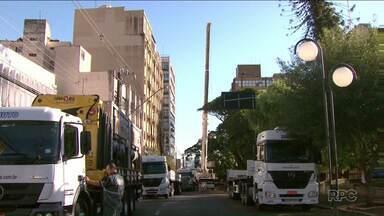 Operação com guindaste chama a atenção de moradores do centro de Londrina - Muita gente parou para ver o trabalho dos homens que precisavam subir cinco toneladas de equipamentos para o alto de um prédio de dez andares.